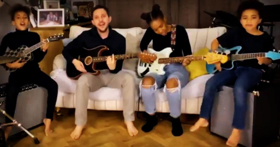 Nandi Bushell toca com sua família em vídeo de virada de ano