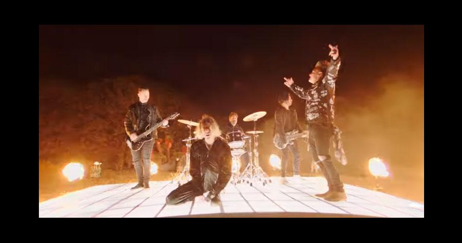 """Papa Roach recruta estrela do TikTok para nova versão de """"Last Resort""""; veja o clipe"""