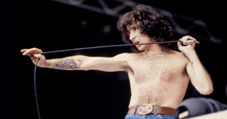 "Angus Young fala sobre ""colaboração"" de Bon Scott no álbum ""Back In Black"""