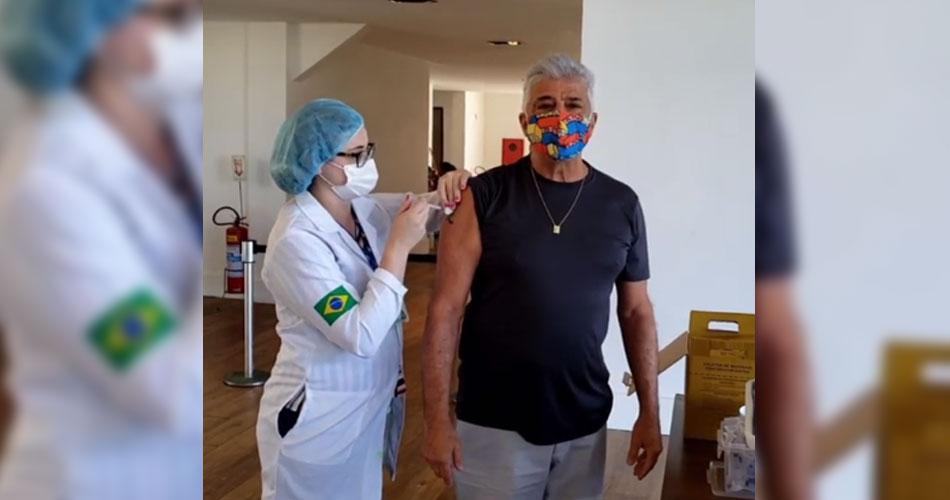 """Lulu Santos é vacinado contra a Covid-19 e faz homenagem ao SUS cantando """"A Cura"""""""