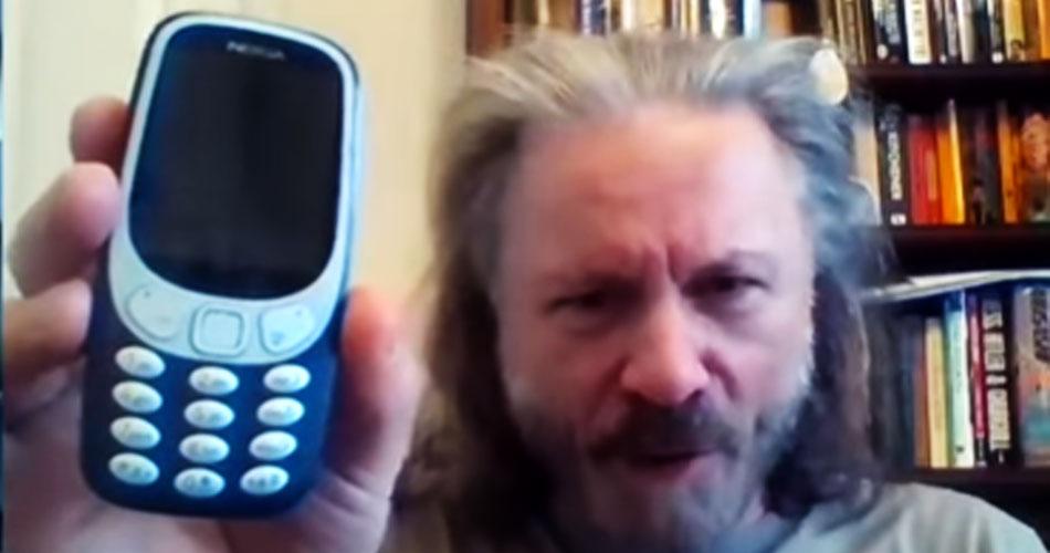 """Bruce Dickinson anuncia que começou a usar """"smartphone"""""""