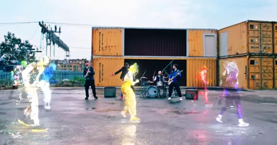 """Coldplay apresenta-se com hologramas em videoclipe de seu single """"Higher Power"""""""