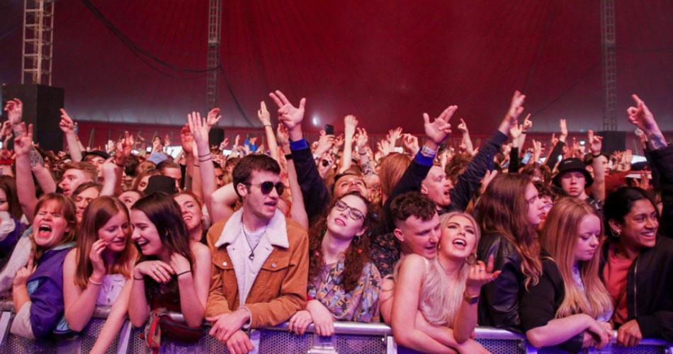 Evento-teste em Liverpool reúne 5 mil pessoas sem máscaras ou distanciamento social