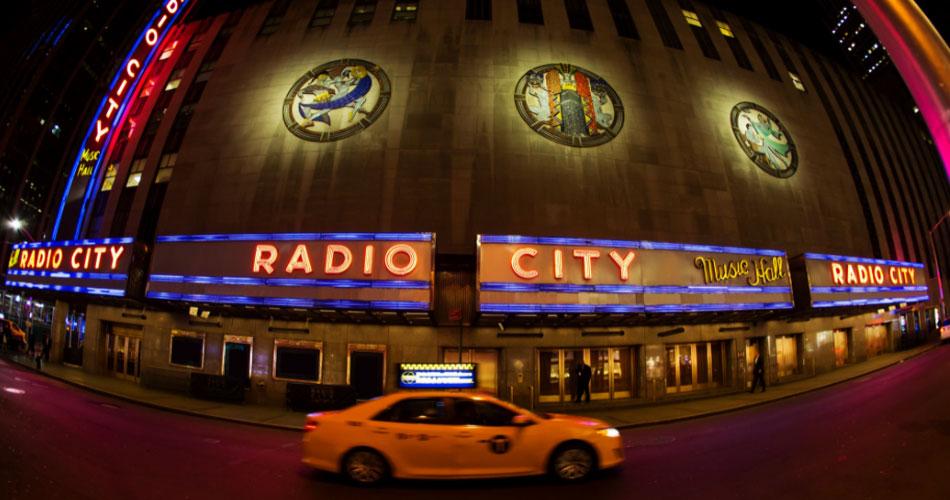 NYC: Radio City Music Hall reabrirá com 100% da capacidade e sem necessidade de máscaras