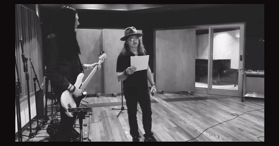 """Eric Singer (Kiss) e Bruce Kulick (ex-Kiss) se unem em versão cover de """"Heaven"""", de Bryan Adams"""