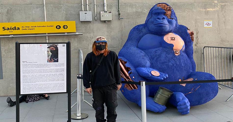 Gorila cibernético pede criptomoedas no metrô de São Paulo