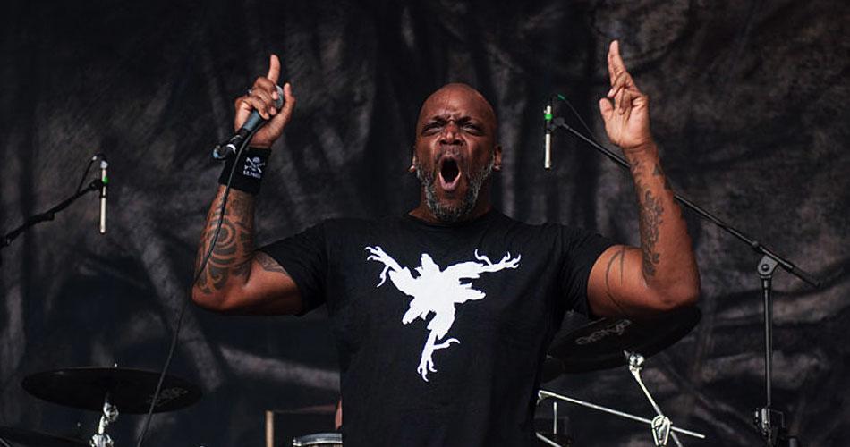 """""""Veganismo está em ascensão entre os amantes do heavy metal"""", diz Derrick Green, do Sepultura"""