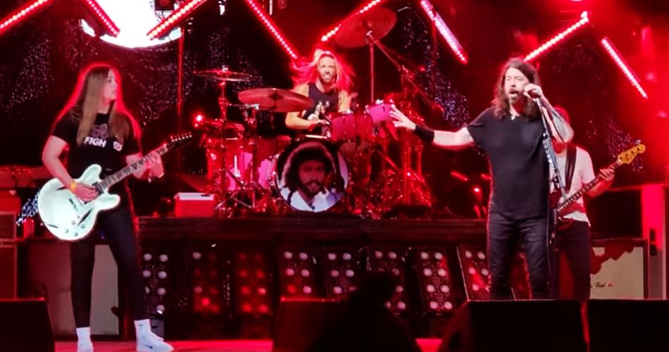 """Vídeo: jovem guitarrista sobre ao palco e toca """"Monkey Wrench"""" com Foo Fighters"""