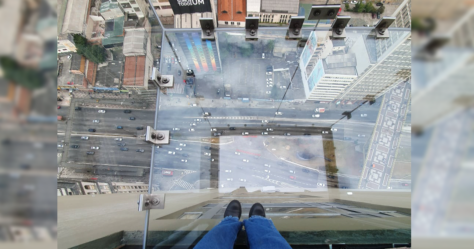 """Conheça o Sampa Sky! Mirante de vidro que permite """"flutuar"""" a 150 metros de altura"""
