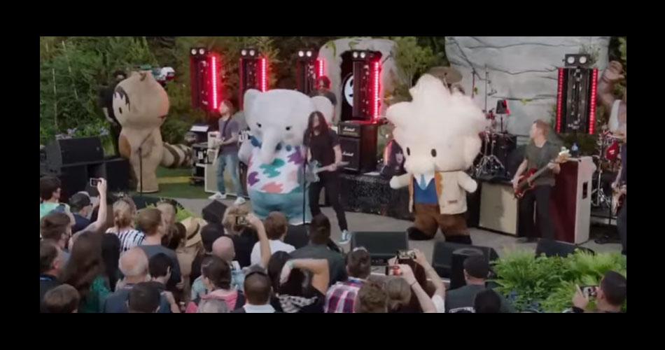 Vídeo: Foo Fighters se apresenta com mascotes de empresa de tecnologia
